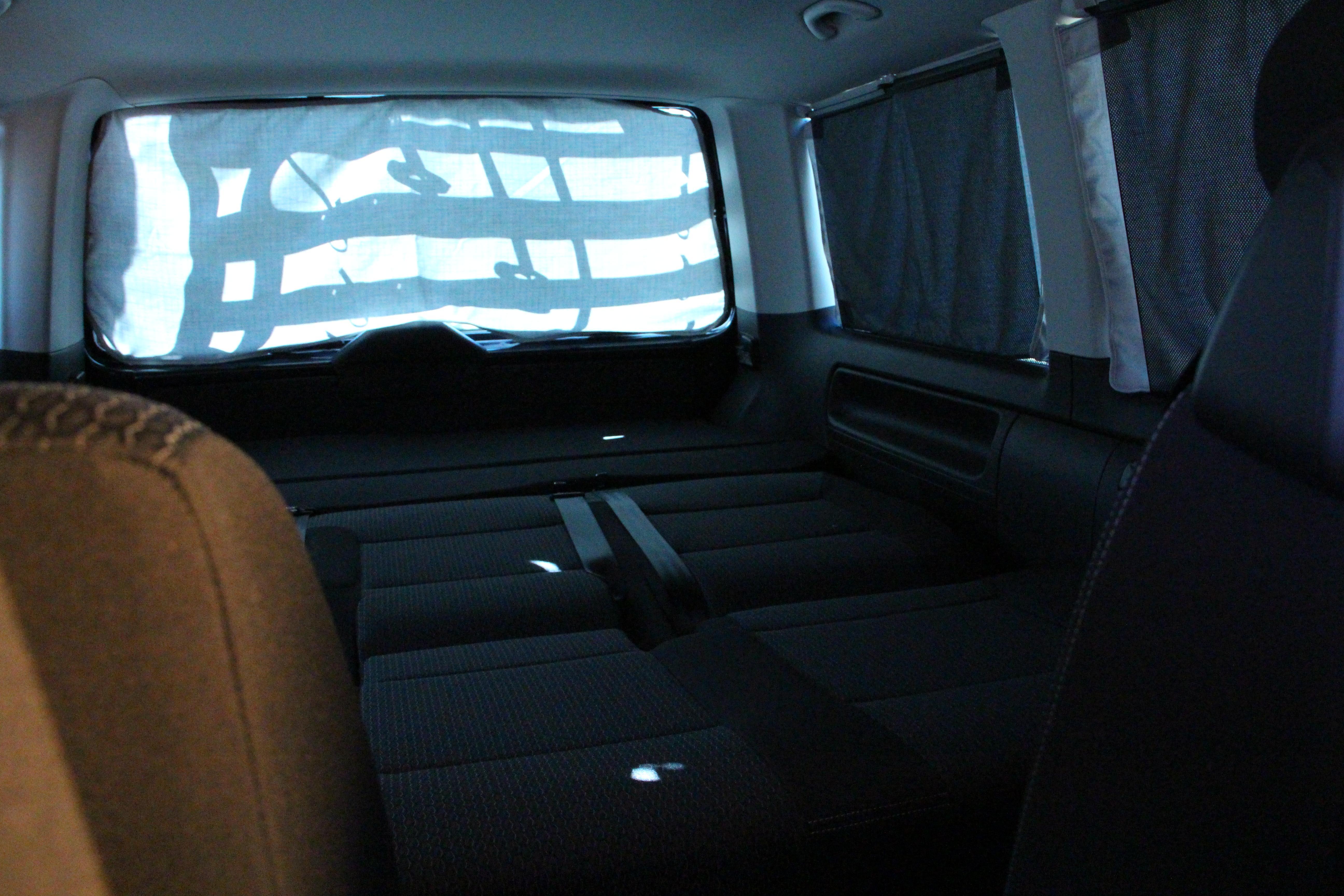 schlafen im vw bulli t6 multivan schlafen im auto. Black Bedroom Furniture Sets. Home Design Ideas